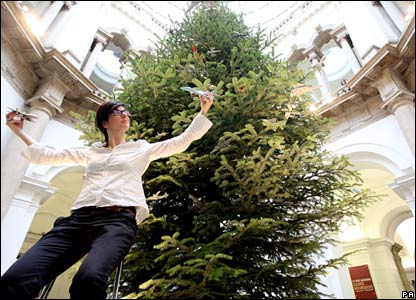 Artist Fiona Banner decorates Tate Britain's Christmas tree