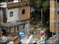 A resident of Cantagalo slum walks on her roof during President Lula da Silva's visit (30/11/2007)