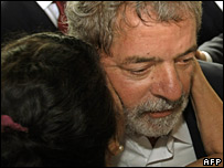 Brazilian President Luiz Inacio Lula da Silva (R) is hugged by a favela resident (30/11/2007)