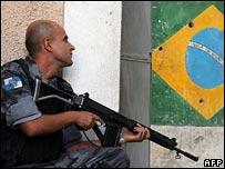 Un policía en una favela.