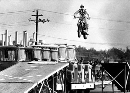 Evel Knievel jumps over trucks in Cleveland, USA (28/05/1974)