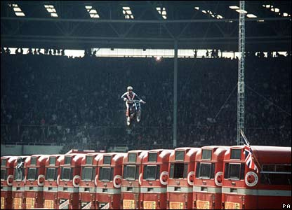 Knievel jumps a row of 13 buses in London's Wembley Stadium (26/05/1975)