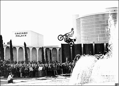 Evel Knievel jumps the fountains at Caesars Palace (31/12/1967)