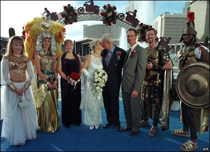 Evel Knievel and Krystal Kennedy in front of the fountains at Caesars Palace Hotel and Casino in Las Vegas on their wedding day (19/11/1999)