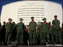 Militares custodian un centro de votación
