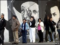 Electores hacen fila para votar