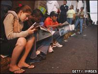 Electores esperan para votar en Venezuela