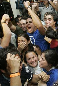 Estudiantes celebran.