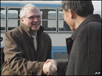 Christopher Hill is welcomed by an unidentified North Korean Foreign Ministry official on his arrival in Pyongyang (3/12/2007)