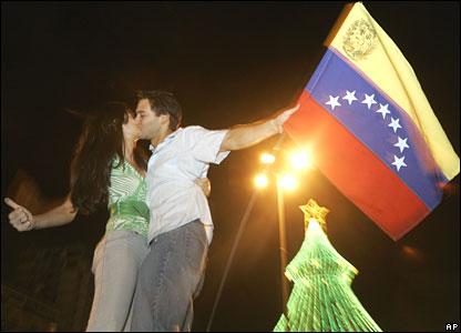 A couple kiss in Caracas