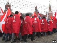 """Участники движения """"Наши"""" празднуют победу на Красной площади 3 декабря 2007 года"""