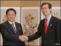 North Korean Deputy Premier Jon Sung-hun (l) and counterpart Kwon O-kyu