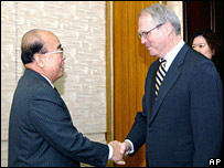 US Assistant Secretary of State Christopher Hill, right, shakes hands with North Korean Foreign Minister Pak Ui-chun in Pyongyang (04/12/2007)
