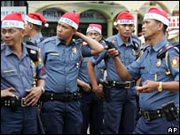 Philippine policemen arrange their Father Christmas hats in Manila (04/12/2007)