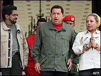 Ivan Márquez, de las FARC (izq.) Hugo Chávez y la senadora colombiana Piedad Córdoba.
