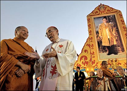 A Thai Buddhist monk and a Catholic bishop talk during a religious ceremony in Bangkok (03/12/2007)