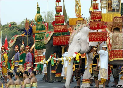 Actors, dancers and elephants depict an ancient war scene in Bangkok ((02/12/2007)