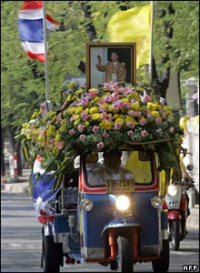 A Thai three-wheeled 'tuk-tuk' decorated with a picture of Thai King Bhumibol Adulyadej in Bangkok (05/12/2007)
