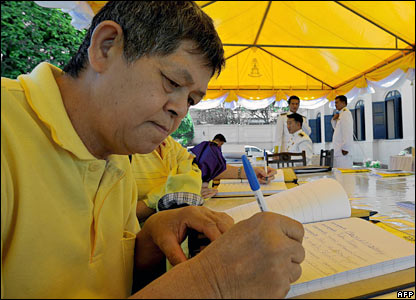 A man signs a book offering his best wishes for the king (04/12/2007)