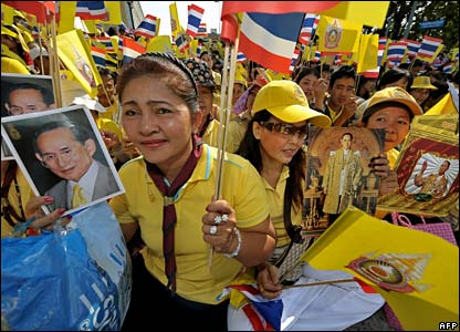 Well-wishers wave flags in Bangkok (05/12/2007)