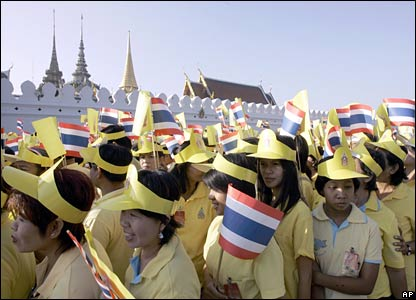 Thais queue to enter Bangkok's Grand Palace to see King Bhumibol