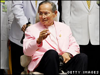 King Bhumibol leaving hospital in a pink suit (07/11/2007)