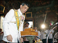 Crown Prince Vajiralongkorn offers saffron cloth to monks in Bangkok (05/11/2007)