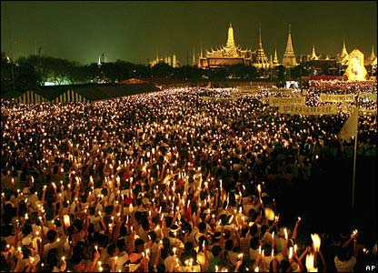 Thai people light candles outside the Grand Palace in Bangkok (05/12/2007)