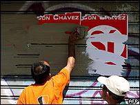 Trabajadores retirando carteles a favor del Sí en Caracas, 4 de diciembre de 2007
