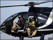 Guardias de la firma Blackwater en un helicóptero, en Irak en 2005