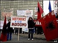 Пикетчики с флагами Албании и Евросоюза требуют в Брюсселе независимости для Косова (надпись на плакате в центре)