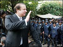 Nawaz Sharif in front of riot police barricades outside chief justice's house in Islamabad, 6 Dec 2007