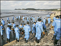 Residents use baskets to remove oil at the Mallipo beach, west of Seoul, South Korea - 8/12/07