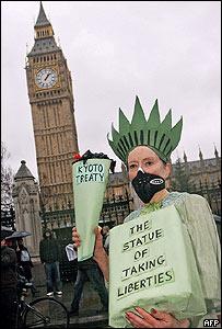 Manifestante en el Big Ben, Londres.