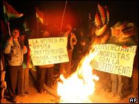Mineros y campesinos a las puertas de la Asamblea en Oruro