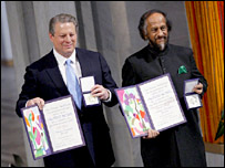 نائب الرئيس الأمريكي الأسبق آل غور والدكتور راجيندرا باشوري خلال تسلمهما لنوبل