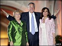 Michelle Bachelet (l), Nestor Kirchner (c) and Cristina Fernandez de Kirchner (8 November 2007)