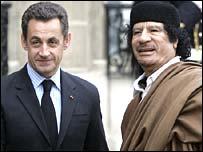 القذافي مع الرئيس الفرنسي نيكولا ساركوزي