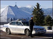 Police outside the New Life Church in Colorado Springs (10 December 2007)
