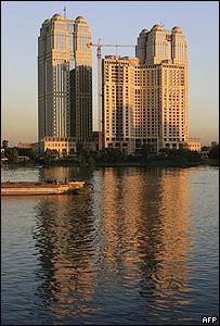 عمارات سكنية تطل على النيل في القاهرة