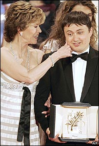 Cristian Mungiu collects the Palme d'Or from Jane Fonda