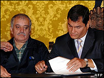 Ecuador's oil minister Galo Chiriboga with President Rafael Correa, signing his oil decree on 4 October 2007