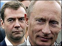 ديمتري ميدفيديف (يسار) وفلاديمير بوتين