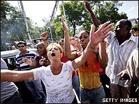 Simpatizantes del gobierno cubano gritan consignas contra opositores en el D�a de los Derechos Humanos.