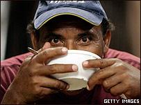 Un indocumentado se alimenta en un centro para inmigrantes en México