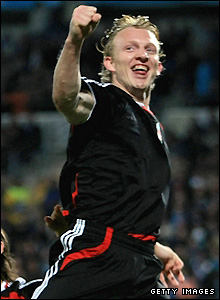 Kuyt makes it 3-0