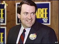 Mike Huckabee, foto de archivo en su campaña a senador en 1991