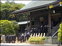 Japanese lawmakers line up as they visit Yasukuni Shrine (15/08/2007)