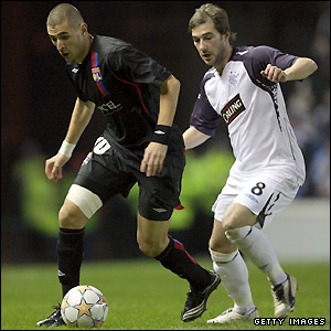 Karim Benzema holds off Kevin Thomson