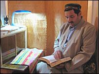 Асратшо Хакдодшоев выдает амулеты от имени Аллаха (фото Аноры Саркоровой)